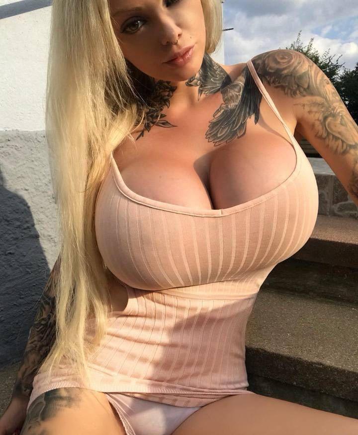 Огромная силиконовая грудь и куча татух - кратко о новоиспеченной немецкой