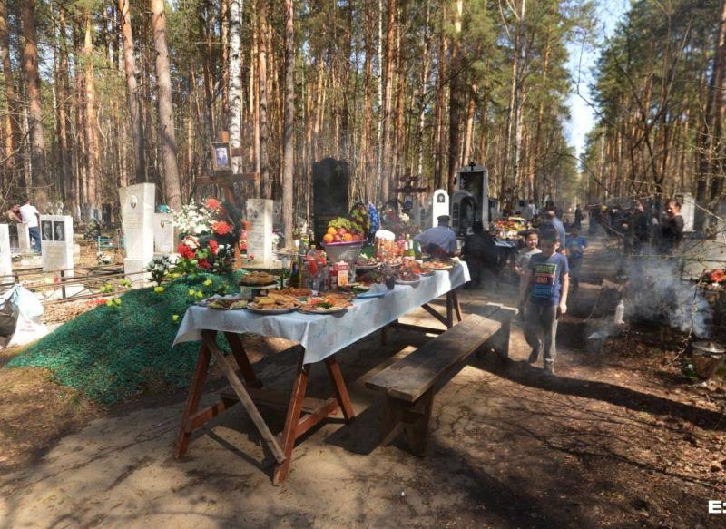 В день поминовения усопших цыгане устроили на кладбище гуляния с водкой и шашлыками МиР