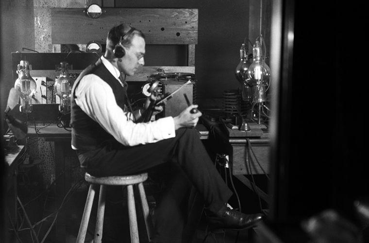 Для чего радиоведущие в прошлые времена надевали смокинги? Интересное