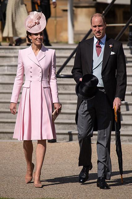 Кейт Миддлтон и принц Уильям на вечеринке в саду Букингемского дворца Монархии