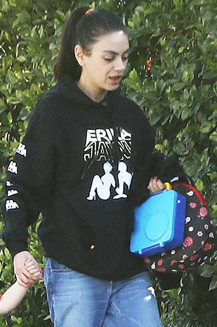 Вылитый Эштон: Мила Кунис на прогулке с подросшим сыном в Лос-Анджелесе Звездные дети