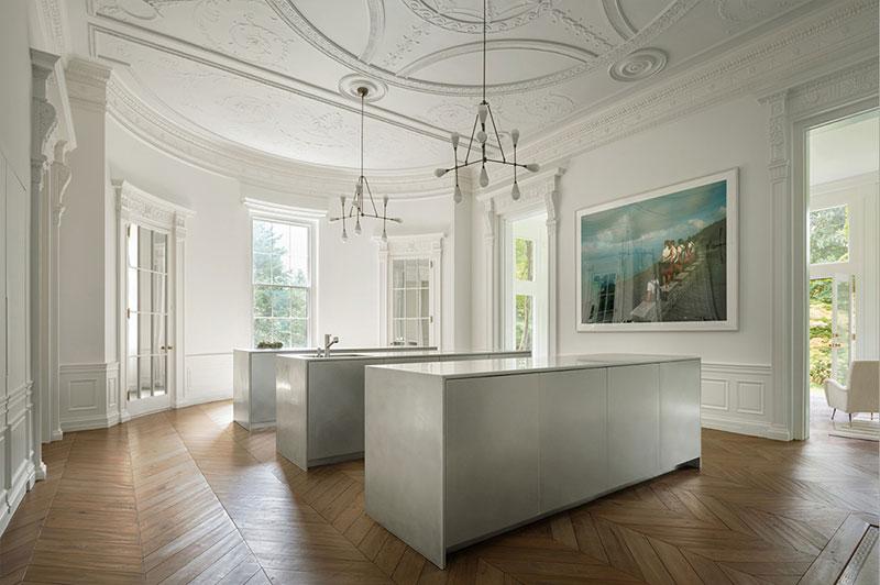 Нереальная лестница и роскошный настенный декор: современная резиденция в Бостоне американский стиль,белый интерьер,Бостон,загородный дом,интерьер и дизайн,лепнина,молдинги,США