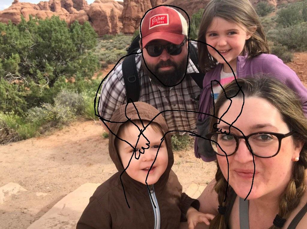 Оптическая иллюзия с исчезнувшими ногами отца обескуражила интернет