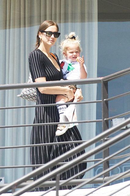 Ирина Шейк на прогулке с дочерью Леей в Лос-Анджелесе: новые фото Звездные дети