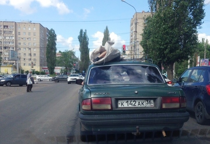Издалека долго ехала зелёная «Волга» с трупом на крыше невероятное на дорогах